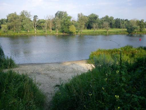 Der Havel-Naturbadestrand auf der Campinginsel in Havelberg